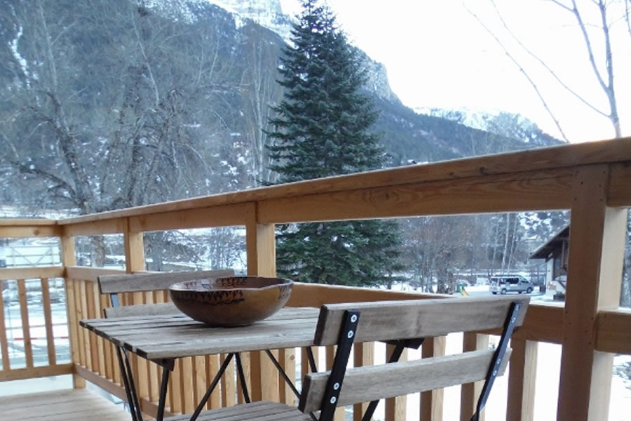 The balcony offers stunning mountain views