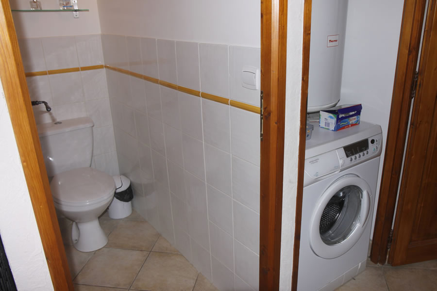 Separate toilet & utility cupboard with washing machine